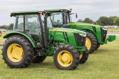 John Deere Models 5100E en 8335R-Tractoren royalty-vrije stock foto