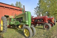 John Deere och Farmall traktorer Royaltyfria Foton