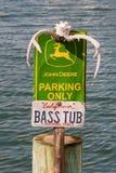 John Deere Parking Only tecken med hjorthorn på kronhjort och basfartygregistreringsskylten arkivbilder