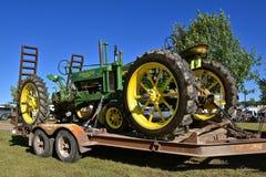 John Deere Purpose Ogólny ciągnik na z platformą przyczepie, fotografia stock