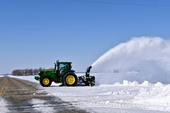 John Deere 6145R ciągnikowy podmuchowy śnieg obrazy royalty free