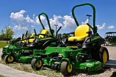 John Deere riding lawn mowers. MOORHEAD, MINNESOTA, May 31, 2015: The new John Deere Riding ZTrak John Deere lawn mowers are products of the John Deere Co, an Stock Photos