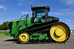 John Deere 9560 RT tractor. HAWLEY, MINNESOTA, August 22, 2017: The 9560 RT tractor with tracks is a product of John Deere Co, an American corporation that Stock Images