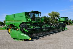John Deere S670 Self Propelled Combine. HAWLEY, MINNESOTA, August 22, 2017: The self propelled S670 combine and header are products of John Deere Co, an American Royalty Free Stock Photos