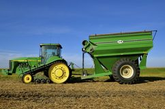 John Deere 8400T traktor i fält Arkivbild