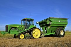 John Deere 8400T traktor i fält Fotografering för Bildbyråer