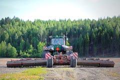 John Deere Tracked Tractor e coltivatore sul campo, retrovisione Fotografia Stock