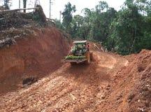 John Deere Tracktor trägt Samen Jabon-Bäume lizenzfreie stockfotos