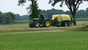 John Deere Tractor auf dem Straßenüberschreiten lizenzfreie stockfotografie