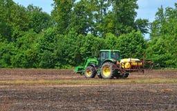 John Deere Tractor mit Sprüher Lizenzfreies Stockfoto