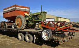 John Deere-Traktor 2010 auf einem Tieflader Lizenzfreies Stockbild