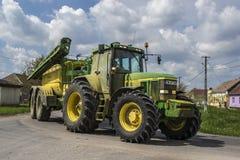 John Deere-Traktor auf Straße Lizenzfreie Stockfotos
