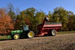 John Deere 8400 traktor i bönafält Arkivfoton