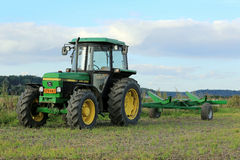 John Deere 2850 Utility Tractor and Small Trailer Royalty Free Stock Photos