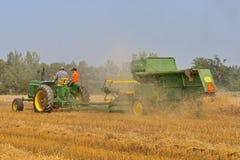 John Dere traktor- och sammanslutningplockningvete royaltyfria bilder