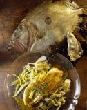 John Dory filet, verscheurde preien, oestersaus Stock Afbeeldingen