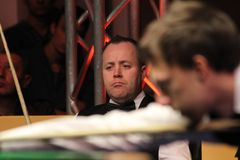 """John Higgins está jogando a sinuca durante o  do open†de Bulgária do """"Victoria do competiam da sinuca do mundo †em Sófia,  foto de stock royalty free"""