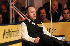 """John Higgins speelt snooker tijdens de toernooien""""victoria Bulgarije open† van de Wereldsnooker nov., 2012 in van Sofia, Bul Royalty-vrije Stock Foto's"""