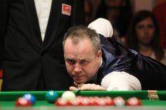 """John Higgins speelt snooker tijdens de toernooien""""victoria Bulgarije open† van de Wereldsnooker nov., 2012 in van Sofia, Bul Stock Foto's"""