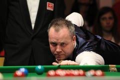 """John Higgins speelt snooker tijdens de toernooien""""victoria Bulgarije open† van de Wereldsnooker nov., 2012 in van Sofia, Bul Stock Foto"""