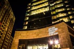 John Hopkins Carey Business School nachts im Hafen Ost, Balt lizenzfreie stockfotos