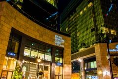 John Hopkins Carey Business School nachts im Hafen Ost, Balt lizenzfreie stockbilder
