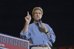 John Kerry se dirige a la audiencia de partidarios fotografía de archivo