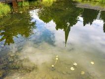 John kościół baptystów dzwonkowy wierza odbicie na jawnego parka stawu wody powierzchni w Oberstdorf, Niemcy obrazy stock