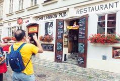 John Lennon baringång i Prague royaltyfria bilder
