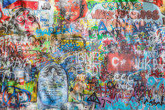 John Lennon Wall, Praga, República Checa Fondo de la pintada Imagen de archivo