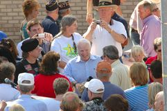 John McCain bearbeitet die Masse stockbilder