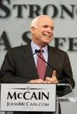 John McCain rit pendant le discours dans le repaire Image stock