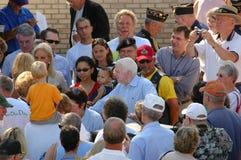 John McCain trifft die Masse lizenzfreies stockbild