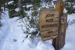 John Muir Wilderness Table Mount Whitney slingatoppig bergskedja Nevada Winter Snow arkivfoto
