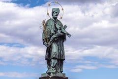 John Nepomucene-standbeeld op Charles Bridge in Praag Royalty-vrije Stock Foto's