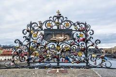 John Nepomuk et beaucoup de serrures de l'amour, Prague Image stock
