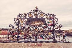 John Nepomuk och många lås av förälskelse, Prague Royaltyfria Bilder