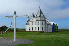 John O'Groats. Signpost with colorful building Royalty Free Stock Photography