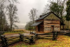 John Oliver Cabin In the Great Smoky Mountain National Park At Cades Cove. Cades Cove was rainy, and foggy with temps just above freezing this Tuesday, giving a Stock Image