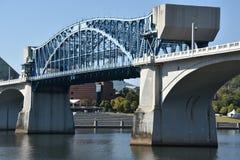 John Ross Bridge på marknadsgatan i Chattanooga, Tennessee Arkivbilder