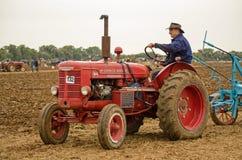 John Saunders que conduce el tractor del vintage Imágenes de archivo libres de regalías