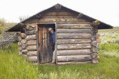 John Taft bij verlaten oude hoeve in de zomer in Honderdjarige Vallei dichtbij Lakeview, MT stock foto