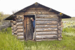 John Taft på den öde gamla hemman i sommar i den hundraårs- dalen nära Lakeview, MT Arkivfoto