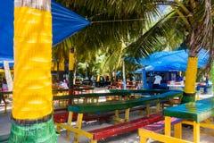 JOHNNY CAY, COLOMBIA - 21 DE OCTUBRE DE 2017: Ciérrese para arriba de algunas tablas de madera típicas con el color de la bandera fotos de archivo libres de regalías