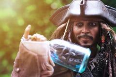 Johnny Depp som modelldiagramet 1/6 skala för kapten Jack Sparrow arkivbilder