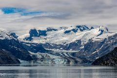 Johns- Hopkinsgletscher und -berge an einem bewölkten Tag in Glacier Bay, Alaska lizenzfreies stockbild