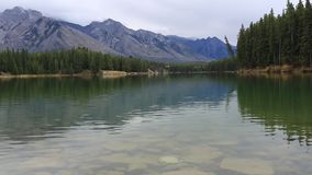 Johnson湖在加拿大罗基斯班夫亚伯大加拿大 影视素材