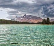 Johnson Lake Banff, kanadensiska steniga berg Royaltyfri Fotografi