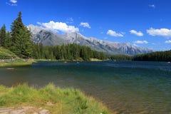 Johnson Lake op Windy Afternoon, het Nationale Park van Banff, Alberta stock afbeeldingen