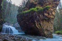 Johnston Canyon grotta i vårsäsongen med vattenfall, Johnston Canyon Trail, Alberta, Kanada royaltyfria foton